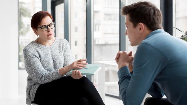 Вид спереди психолога и пациента