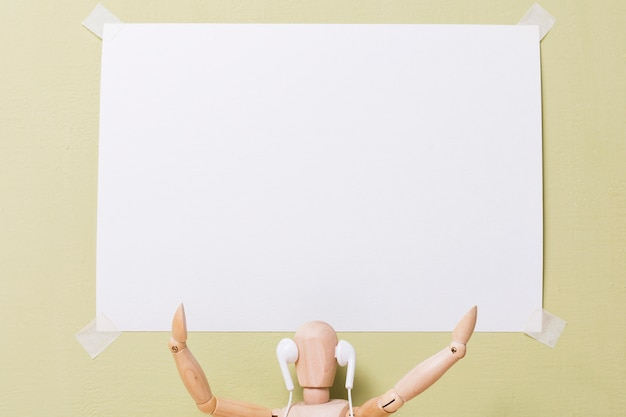 Вид спереди марионетки, держащей плакат