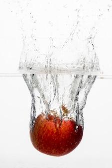 水中の赤いリンゴの正面図