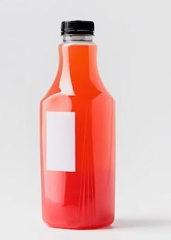 キャップ付き赤ジュースボトルの正面図