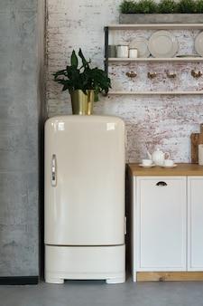 로프트 스타일 주방에서 복고풍 스타일 냉장고의 전면보기
