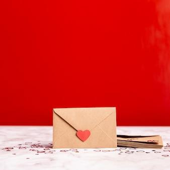 Вид спереди романтического конверта