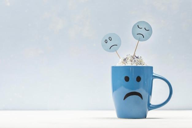 コピースペースと青い月曜日の悲しいマグカップの正面図