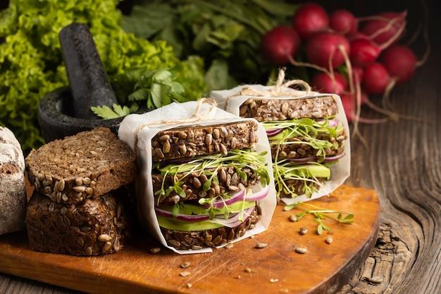 빵과 샐러드 샌드위치의 전면보기