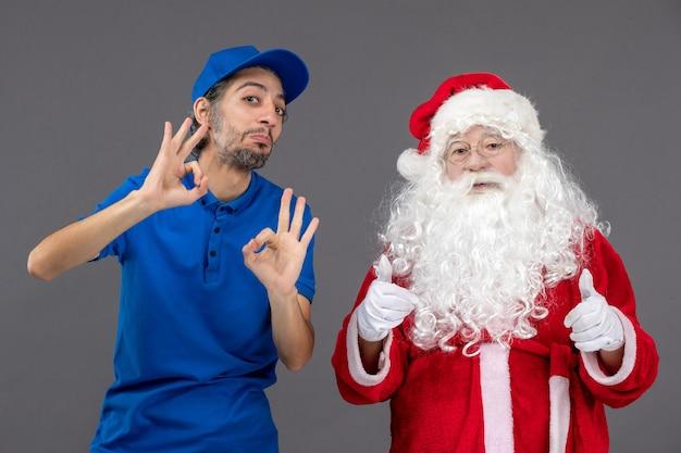 회색 벽에 남성 택배와 산타 클로스의 전면보기