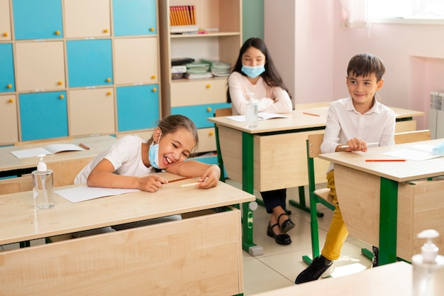Вид спереди школы во время концепции covid