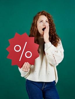 판매 배너를 보여주는 소리 지르는 여자의 전면보기