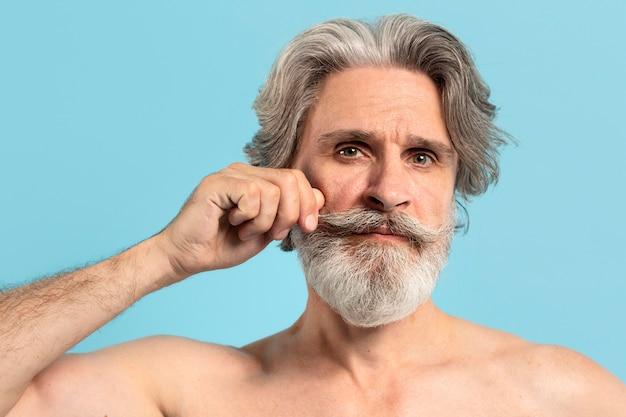 ひげを持つシニア男の正面図
