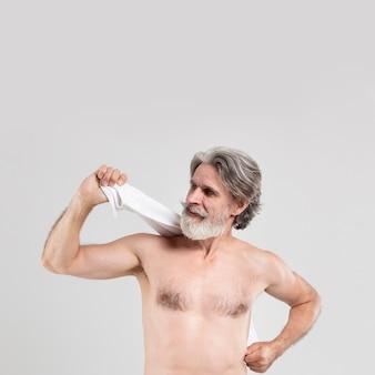 シャワー後のタオルで年配の男性人の正面図