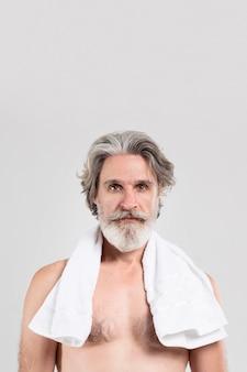 タオルとコピースペースを持つ年配の男性人の正面図