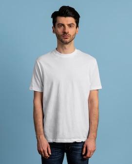 Tシャツでポーズをとる真面目な男の正面図