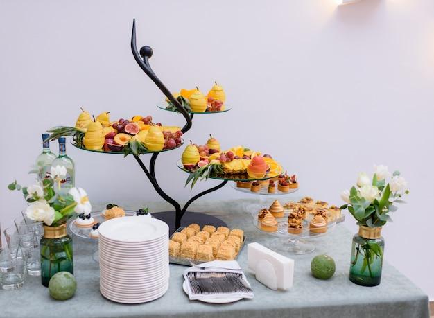 Вид спереди сервировки моноблока на день рождения