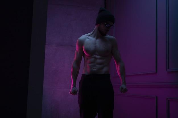 Вид спереди человека без рубашки, уверенно позирующего