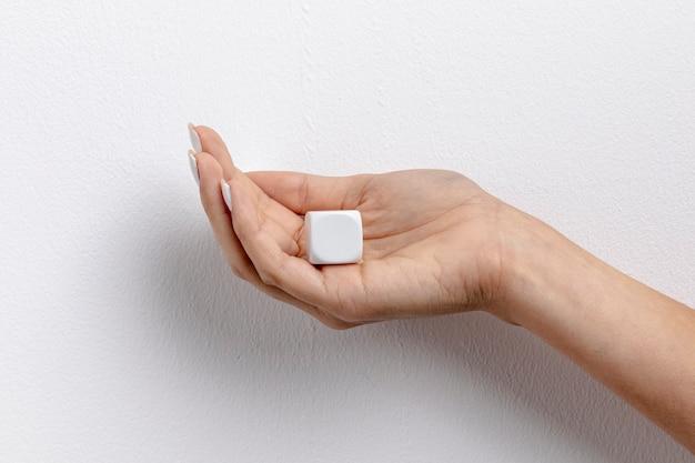 Вид спереди небольшого блока в руке