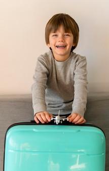 Вид спереди смайлика ребенка с багажом