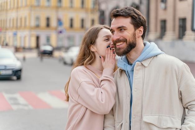 도시에서 야외에서 웃는 커플의 전면보기
