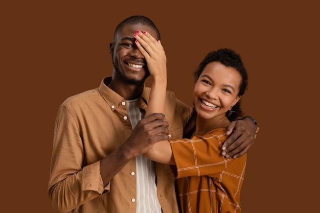 웃는 커플 포즈와 재미의 전면보기