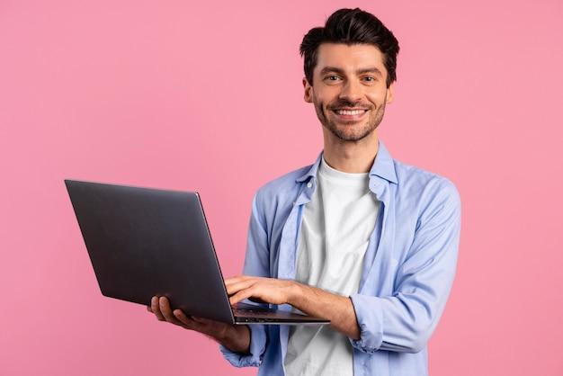 Вид спереди смайлика человека, держащего ноутбук