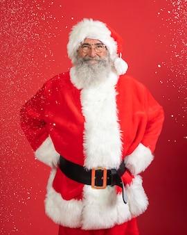 산타 클로스 의상에서 웃는 남자의 전면보기
