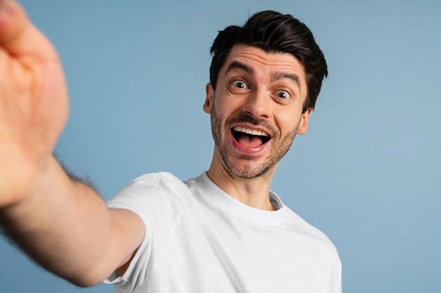 自撮り写真を撮るスマイリー男の正面図