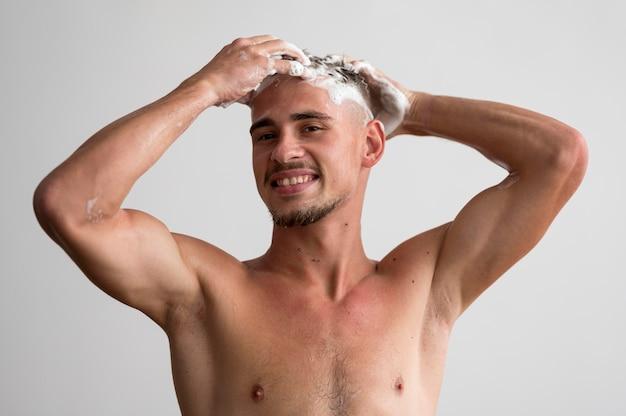 髪を洗うスマイリーマンの正面図