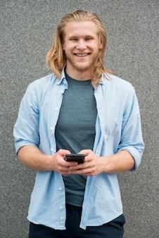 スマートフォンで笑顔の男の正面図