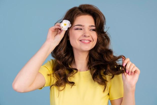 그녀의 머리에 꽃을 넣어 웃는 여자의 전면보기