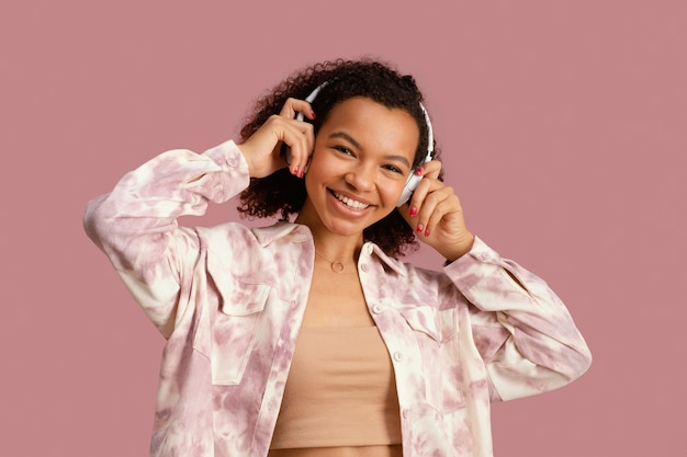 헤드폰으로 웃는 여자의 전면보기