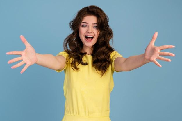 両手を広げて笑顔の女性の正面図