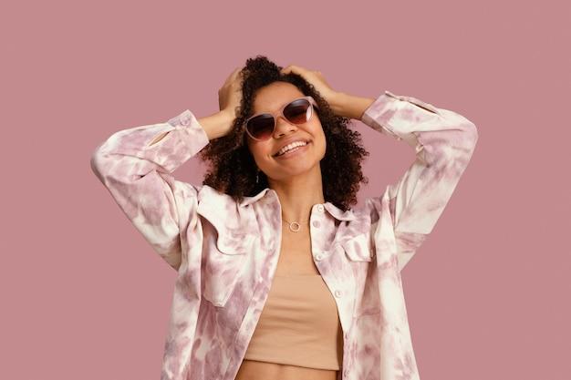 선글라스와 함께 웃는 여자의 전면보기