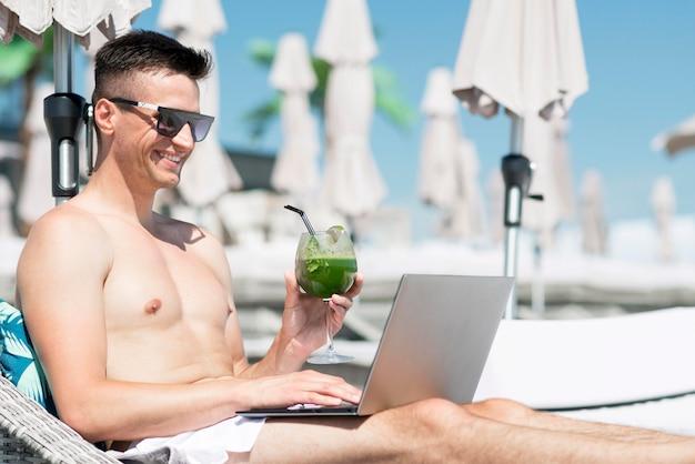 Вид спереди улыбающегося человека на пляже