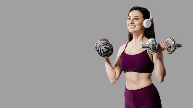 Вид спереди спортивной женщины с копией пространства