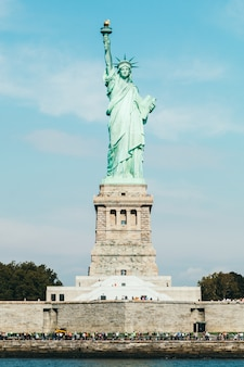 Вид спереди статуи свободы в нью-йорке