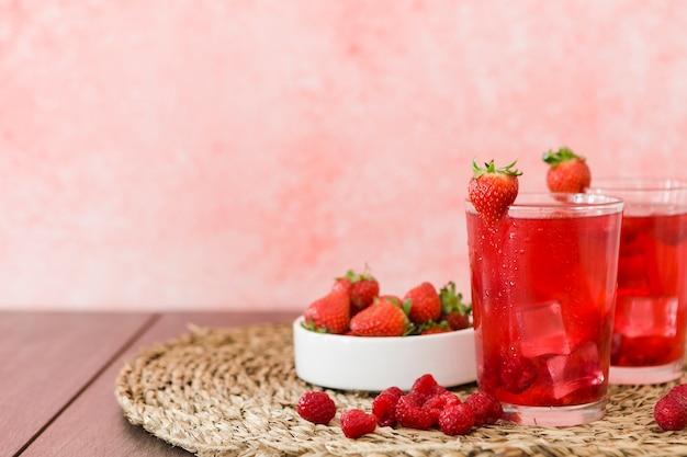 딸기 칵테일 및 과일의 전면 모습