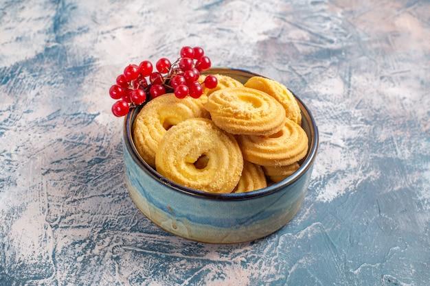 青い表面に赤いベリーとシュガークッキーの正面図