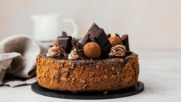 甘いチョコレートケーキの正面図