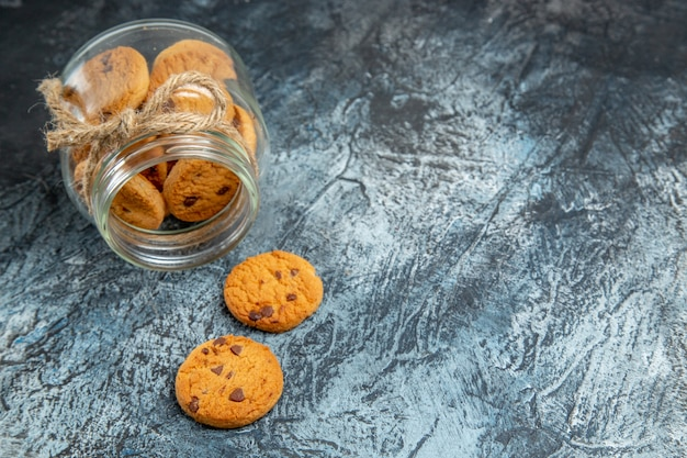 暗い表面の缶の中の甘いクッキーの正面図