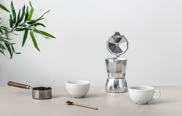 커피 컵과 주전자와 테이블의 전면보기