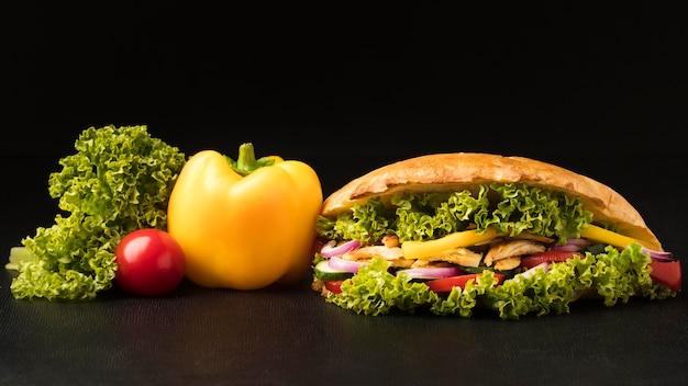 Вид спереди вкусного шашлыка с овощами и салатом