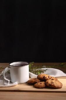 Вид спереди чая с печеньем