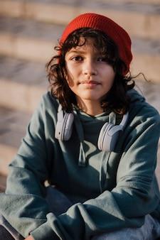 Вид спереди подростка с наушниками