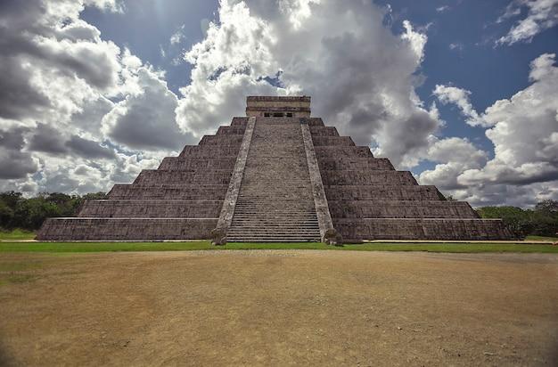 メキシコのチチェンイツァ考古学複合施設のピラミッド全体の正面図