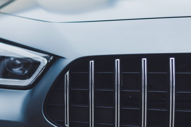 ヘッドライト付きスポーツカーの正面図