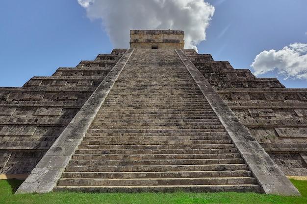チチェンイツァ考古学コンプレックスのピラミッドの階段と装飾の正面図