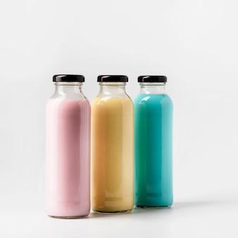 Вид спереди трех красочных бутылок сока