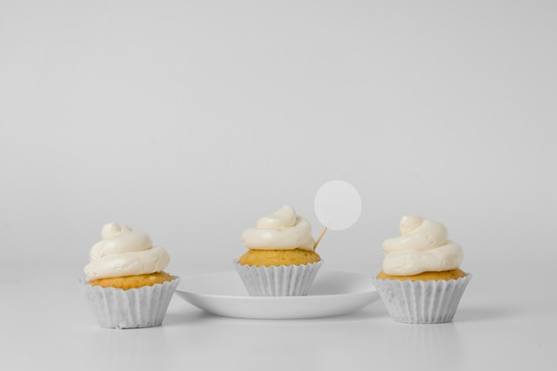 パッケージ付きの3つのカップケーキの正面図