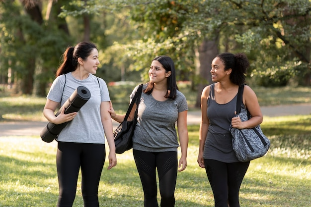 公園で3人の女性の友人の正面図
