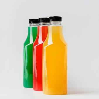 キャップ付き3本のジュースボトルの正面図