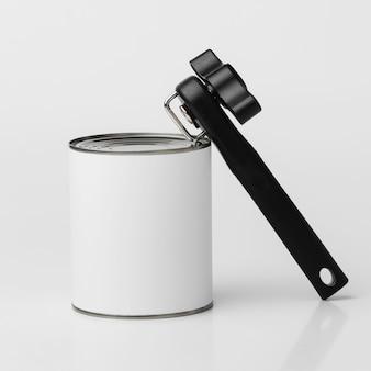 ブランクラベルとオープナー付きのブリキ缶の正面図
