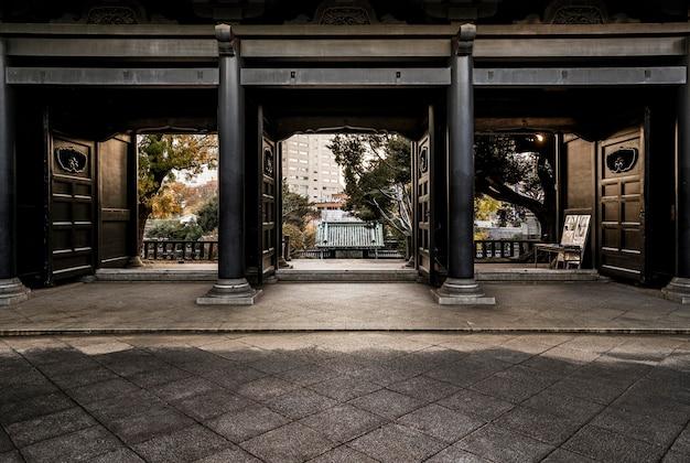 日本の伝統的な木造寺院の入り口の正面図